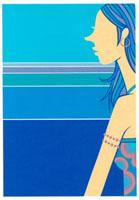 青い背景の前にいる女性の横姿