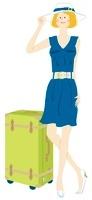 旅行カバンと帽子をかぶった女性 02463000676| 写真素材・ストックフォト・画像・イラスト素材|アマナイメージズ