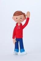 赤いパーカーを着て左手を上げている男の子正面 02463000679| 写真素材・ストックフォト・画像・イラスト素材|アマナイメージズ