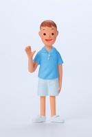 水色の半袖シャツを着て右手を上げている男の子正面