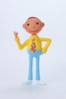 右手を上げた黄色いシャツをきた男性