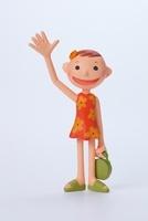 右手を上げた花柄ワンピースを着た女の子 02463000690| 写真素材・ストックフォト・画像・イラスト素材|アマナイメージズ