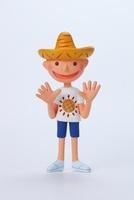白いTシャツを着て帽子をかぶった男の子 02463000691| 写真素材・ストックフォト・画像・イラスト素材|アマナイメージズ