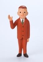 茶色のスーツを着て右手をあげている男性正面