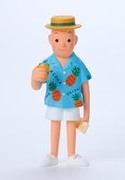 アロハシャツを着て缶ジュースを持っている男性正面 02463000698| 写真素材・ストックフォト・画像・イラスト素材|アマナイメージズ