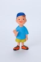 水色のTシャツを着て右手をあげている男の子正面