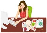 パソコンをしながら電話をしている女性 02463000736| 写真素材・ストックフォト・画像・イラスト素材|アマナイメージズ