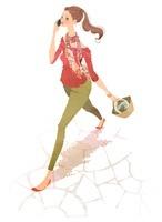 携帯電話で話しながら歩く女性 02463000746| 写真素材・ストックフォト・画像・イラスト素材|アマナイメージズ