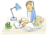 お茶を飲みながらメモを取る女性 02463000763| 写真素材・ストックフォト・画像・イラスト素材|アマナイメージズ
