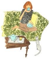 ソファでお茶を飲んでいる女性
