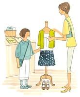 服を見ている親子