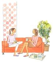 ソファに座って会話している女性2人 02463000818| 写真素材・ストックフォト・画像・イラスト素材|アマナイメージズ