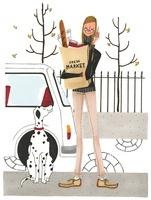 買い物袋を持って携帯電話で話している女性 02463000848| 写真素材・ストックフォト・画像・イラスト素材|アマナイメージズ