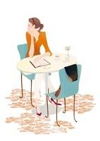 テーブルに座りながら遠くを見つめている女性