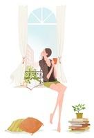 窓で空を見ながらカップを手に持っている女性