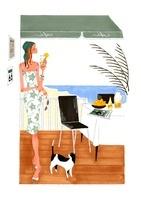 猫と海のレストランでカクテルを飲んでいる女性