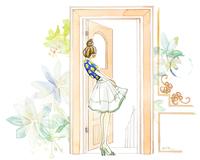 ドアから中を見ている女性