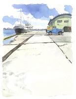 港に停まっている船とトラックと倉庫