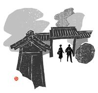 瓦屋根の門をくぐるカップル