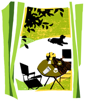 窓辺から見える庭のイスとチェアーと犬