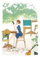 カフェで本を読みながらのんびりしている女性 02463001144| 写真素材・ストックフォト・画像・イラスト素材|アマナイメージズ