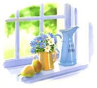 窓台においてある青と白の花が入った花瓶と西洋ナシ