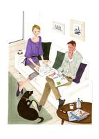 ソファの上でくつろぐ男性と女性と犬