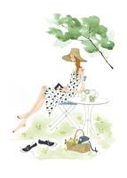 外でイスに座って読書をする女性
