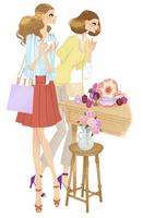 ショッピングで香水を見る女性二人 02463001225| 写真素材・ストックフォト・画像・イラスト素材|アマナイメージズ