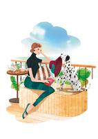 外でお茶をする女性と犬