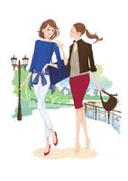 外を歩く二人の女性