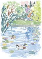 湖の横をサイクリングする男性