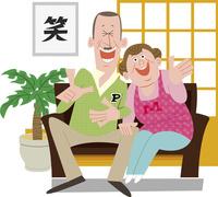 ソファで笑う老夫婦