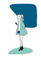 スマートフォンを触りながら歩く女性 02463001636| 写真素材・ストックフォト・画像・イラスト素材|アマナイメージズ
