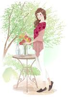 テーブルに花を飾る女性