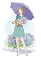 アジサイの花束を持ちアジサイの前に立つ女性