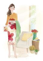 イチゴの入った器を持って立つ女性