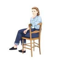 木の椅子に座る女性