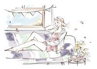 窓際のソファーでくつろぐ女性