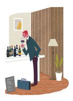 バーでワインを飲む男性