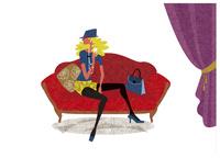 赤いソファーに座る女性