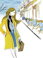 オープンカフェ前を歩く女性