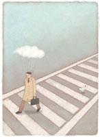 横断歩道を渡る男とすれ違うにわとり