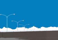 要壁越しに見える道路のガードレールと沢山の街灯 02474000023| 写真素材・ストックフォト・画像・イラスト素材|アマナイメージズ