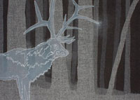 夜の深い森に現れた大きな鹿