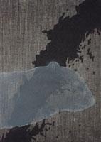 水のイメージをバックに伸びた熊の頭