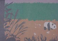 生け垣のある公園のパンダの置物
