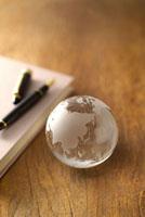 地球儀と万年筆と本