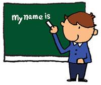 黒板に英語で名前を書いている男の子