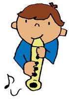 音楽の授業でリコーダーを吹いている男の子